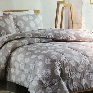 Other - BNWT Queen 3 pieces comforter set